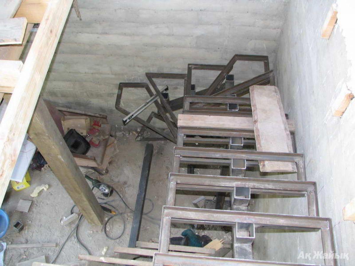 Лестница из металла на второй этаж своими руками с поворотом