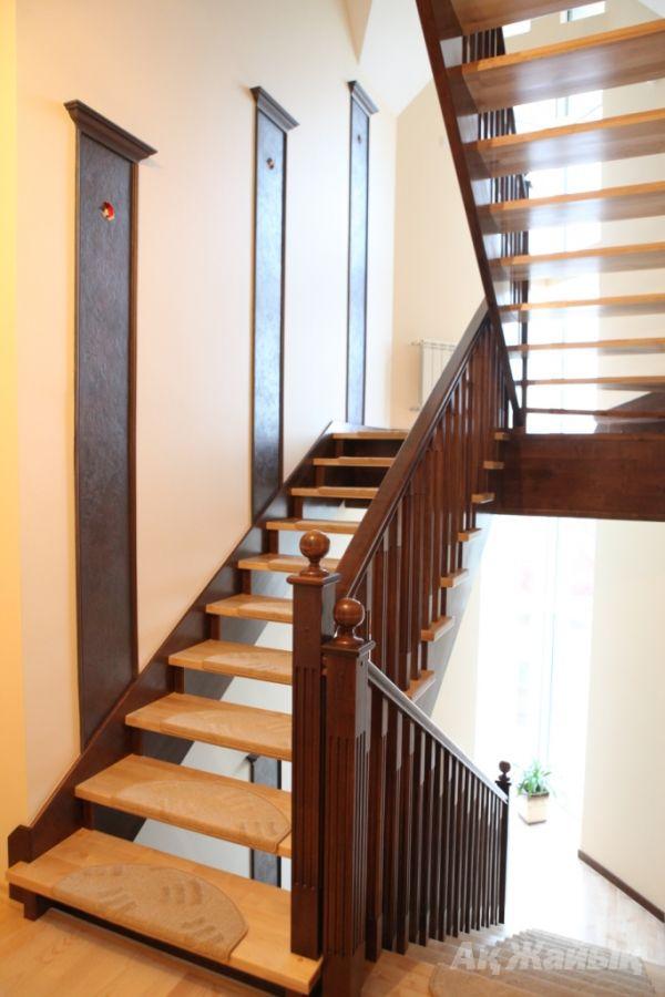 Лестница в двух цветах