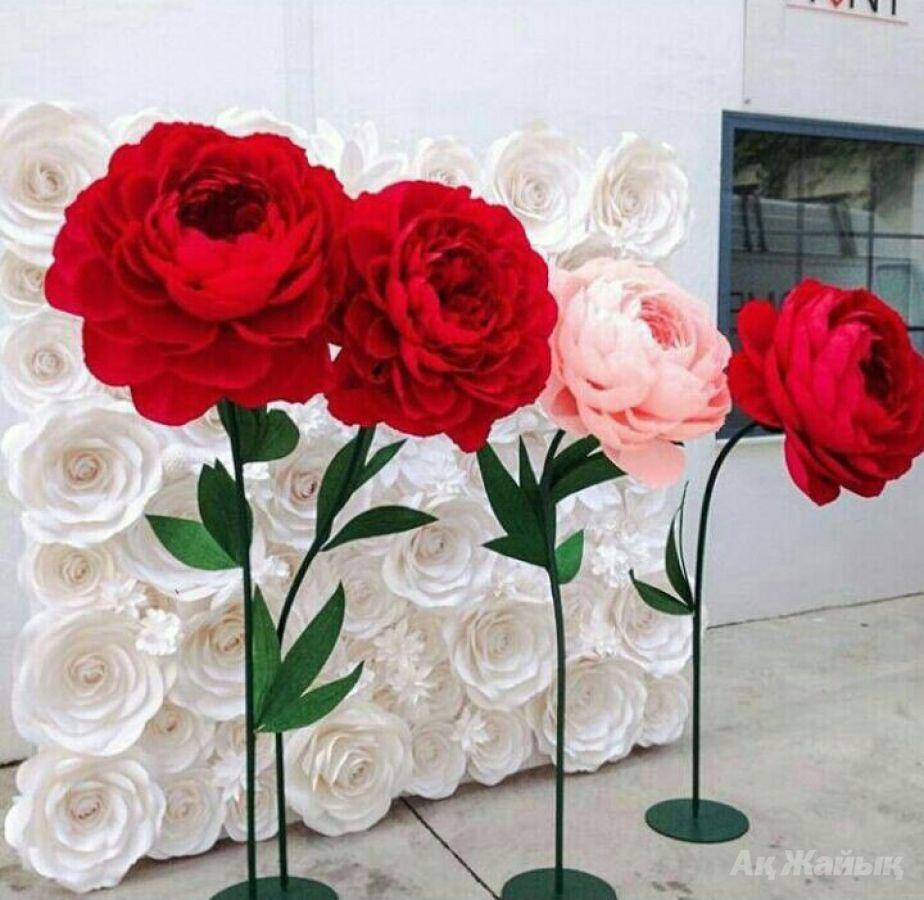 Большие бумажные цветы на ножке